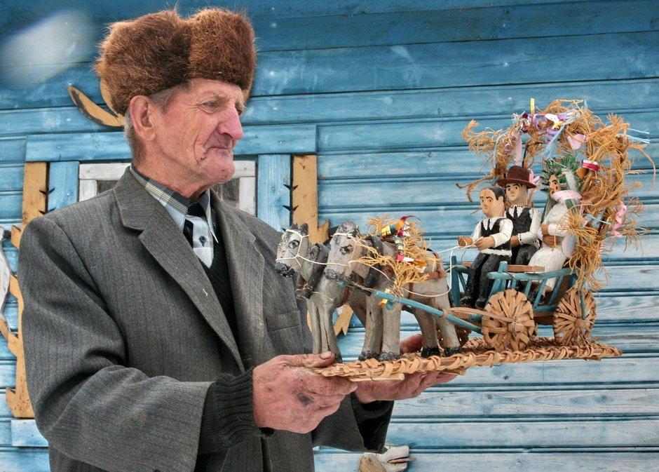 Nikolai Tarasyuk and his work, photo from http://modernartmuseum.by